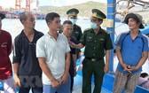平定省邊防部隊向漁民宣傳講解有關公民對選舉的投票義務及權益。(圖源:越通社)