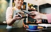 消費者使用非接觸數字支付方式。