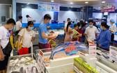 消費者在本市的一家超市選購水海產品。(圖源:高昇)