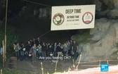 15名參加者結束試驗後集合於山洞口。(圖源:法國24電視台視頻截圖)