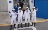 """""""龍""""飛船載 4 名宇航員返回地球"""