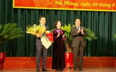中央組織部長張氏梅(中)頒發《決定》與祝賀陳留光同志(左)。(圖源:越通社)