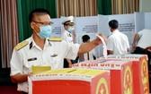 海軍第二區司令部的幹部和戰士們在9號投票處進行投票。(圖源:芳南)