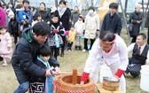 5月5日是日本兒童節。資料圖片顯示,日本兒童節有掛鯉魚旗的風俗,祈願孩子出人頭地。 (圖源:AFP)