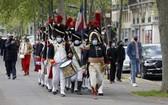 民眾扮演拿破崙大軍在街頭遊行。(圖源:Getty Images)