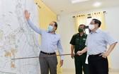 政府總理范明政(右)檢查邊境防疫情況。(圖源:VGP)
