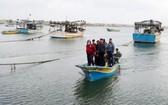 巴勒斯坦漁民因以色列關閉加沙地帶捕魚區返回岸上。(圖源:路透社)