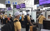 赴外勞工在機場辦理登記手續。(圖源:國興)