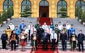 國家主席阮春福向代表團贈送紀念品。(圖源:越通社)