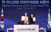 韓國產業通商資源部通商交涉本部長俞明希(右)12日在首爾樂天酒店同以色列經濟與產業部部長阿米爾·佩雷茨(Amir Peretz)舉行了韓以自貿協定簽署儀式。(圖源:韓國產業通商資源部)