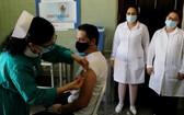 """哈瓦那一名年輕志願者接種本土候選冠病疫苗""""主權02""""。(圖源:AFP)"""