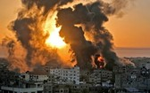 以色列空襲後,加沙南部地帶一些建築物燃起熊熊大火。(圖源:AFP)