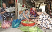 阮氏諾(左一)與慈善廚房姐妹正準備食材。