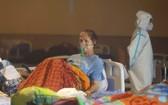 在印度新德里一個又宴會廳臨時改建的急診病房,一名新冠患者正在接受治療。(圖源:聯合國)