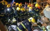 武漢消防救援支隊在一處被龍捲風刮倒廠房內搜救。(圖源:新華社)