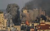加沙城一處建築在以色列空襲中倒塌,現場升騰起濃煙。(圖源:互聯網)