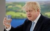 新冠肺炎疫情持續肆虐,英國首相約翰遜卻只承諾為醫護人員加薪1%。(圖源:AFP)