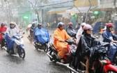昨(17)日上午6時30分,強降雨籠罩了全市轄區。(圖源:L. Phong)