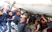 救援人員從一處空襲廢墟中搶救出一名六歲的女童。(圖源:路透社)