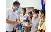 穗城會館副理事長林海泉向貧困少數民族同胞贈送禮物。