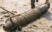 被打撈上岸的戰後遺留炸彈。(圖源:友成)