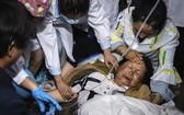 醫護人員對受災群眾進行心理疏導。(圖源:新華社)