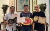"""1991年""""十大新秀""""華語歌唱比賽冠軍羅偉志(羅丙侖,右)和1998 年冠軍黃強(左)向陳列室捐出他們的獎品。"""