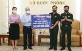 越南祖國陣線中央委員會主席杜文戰(左二)象徵性將各界同胞捐助抗疫的逾545億元款項轉交國防部。(圖源:潘草)