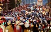 第八郡阮知方橋傍晚下班高峰時間經常出現交通擁堵現象。(圖源:南陳)