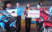 平盛郡勞動聯團向勞工贈送摩托車。
