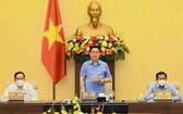 國會主席王廷惠(中)主持會議。(圖源:VOV)