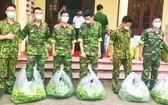 在野戰中心,民眾送來蔬菜、水果為參加抗疫的部隊接力。