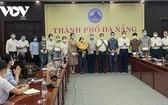 峴港支援北江抗疫的醫護隊伍啟程前同峴港市領導合照。(圖源:VOV)