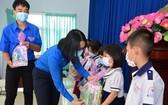 共青團本市市委代表向貧困兒童贈送禮物。(圖源:吳松)