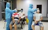 新順出口加工區的工人接受新冠病毒檢測。