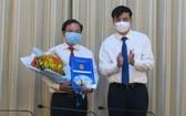 市人委會副主席黎和平(右)向黎國俊同志頒授人事委任《決定》。(圖源:梅花)