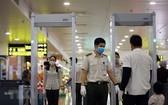 航空安寧人員在內牌機場安檢區監察乘客。(圖源:越通社)