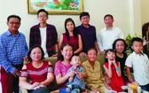 李梅英(前座右二)與家人合照。