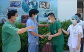 峴港C醫院領導向馳援北江抗疫的醫護人員親切握手並祝願抗疫成功歸來。(圖源:越通社)