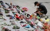 5月29日,一名市民在加拿大溫哥華美術館門外參加悼念活動。(圖源:新華社)