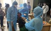 防疫工作人員為高新技術園區工人採樣檢測。(圖源:CTV)