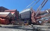中國台灣高雄港發生貨輪撞倒塔式起重機