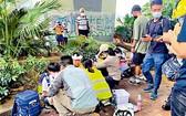 多名學童受傷坐在路邊等候救援。(圖源:互聯網)