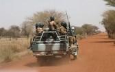 布基納法索遇近期最慘重屠殺事件,逾百人喪生,布國士兵加緊於該區巡邏。(圖源:路透社)