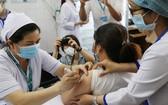 為本市醫護人員注射新冠疫苗。