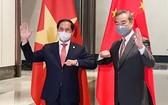 越南外長裴青山(左)與中國國務委員兼外長王毅。(圖源:越通社)