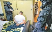 澳洲警方在行動中拘捕疑犯。(圖源:互聯網)
