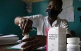一名助產士為烏干達一個兩周大的艾滋病毒檢測呈陽性的嬰兒準備藥物。(圖源:聯合國)