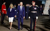 拜登和第一夫人抵達英國紐基附近的康沃爾機場。(圖源:Getty Images)