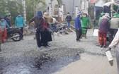 阿強的志願修補道路隊正在修補一段損壞的道路。